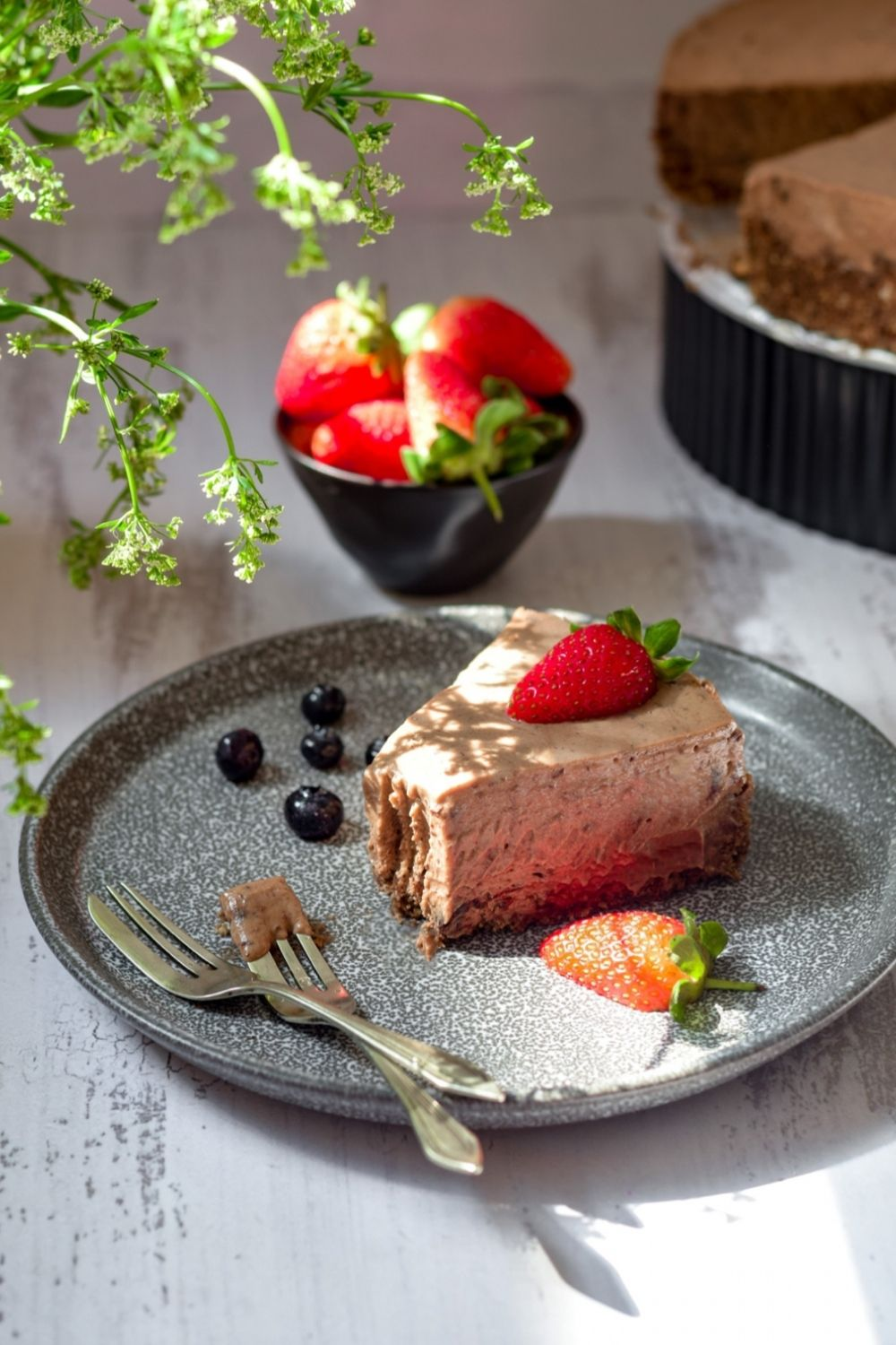 A pice of no bake chocolate cheesecake on a plate